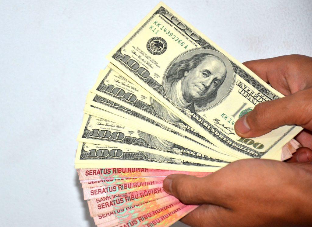 Rupiah, Dollar, Atau Emas Untuk Investasi Jangka Panjang?