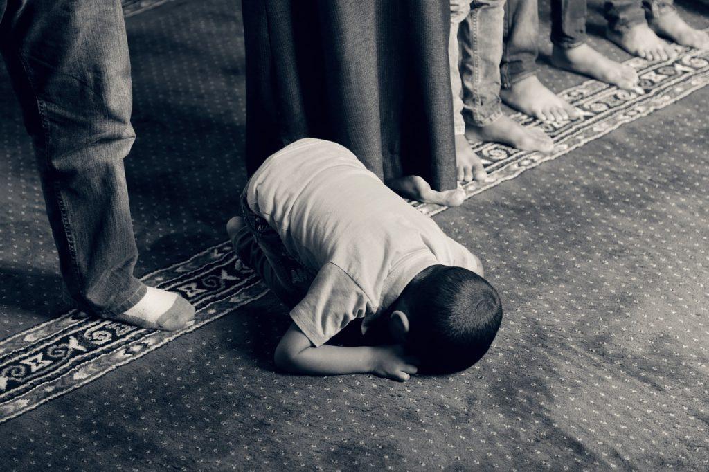 Kesibukan di kantor, tugas kuliah, atau PR sekolah terkadang tanpa sadar kita lupa solat berjamaah di masjid. Padahal pahala orang yang solat berjamaah itu besar. Berikut cara membuat reminder untuk jadwal sholat agar tidak ketinggalan sholat berjamaah.