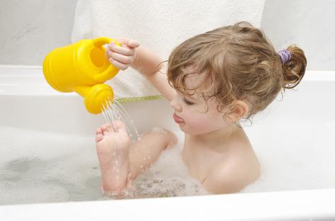 Mandi air hangat untuk mereleksasikan tubuh via lowenergyliving.com.au