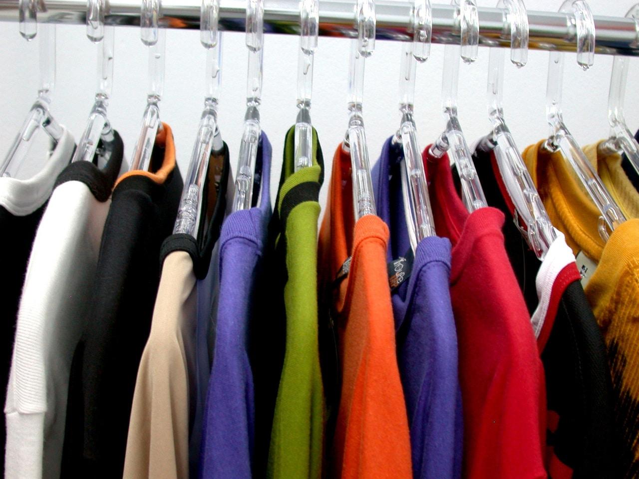 Kenali warna dan motif pakaian penjual atau pembeli
