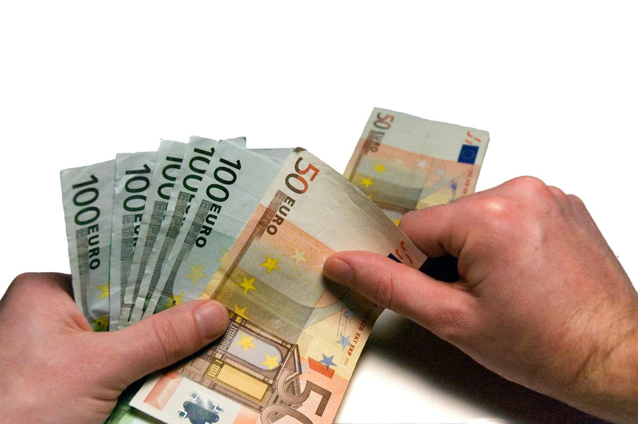 Pembayaran dengan transfer atau cashless lebih aman dibandingkan membawa uang tunai dalam jumlah besar