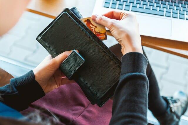 Jangan mentransfer uang langsung ke si penjual guna menghindari penipuan belanja online