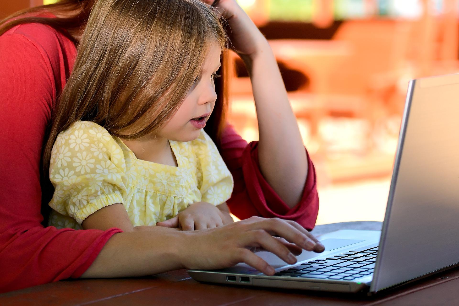 Orangtua juga harus melek dengan teknologi terkini dan update mengenai jenis serangan siber yang menargetkan anak