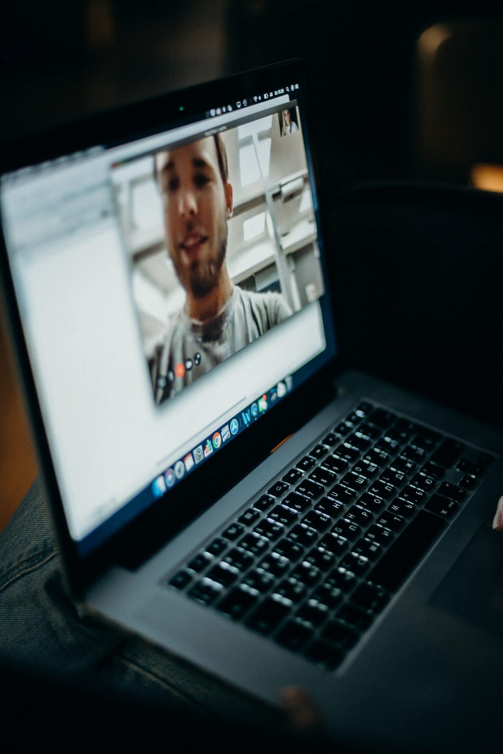 Meeting via Video Call untuk kontroling kinerja karyawan saat work from home